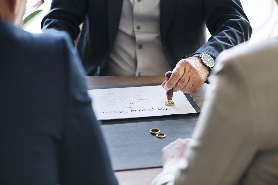 Lo studio legale acp tratta dell'assegno divorzile in favore della moglie moglie