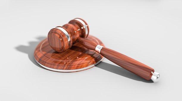 Lo studio legale acp espone il caso di una macchia d'olio sull'asfalto e la relativa sentenza della Cassazione riguardo la responsabilità del'ente custode.