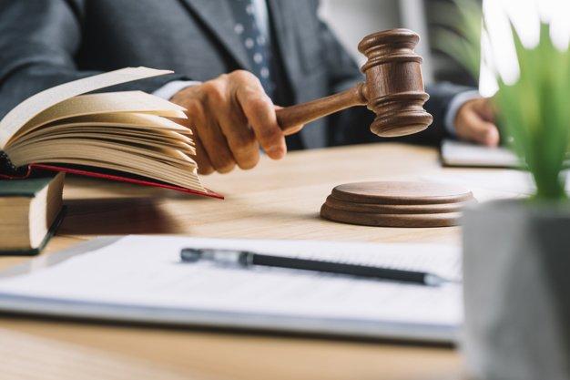 Schiacciamento dito nella portiera di un'auto: diritto al risarcimento? Sentenza Cassazione