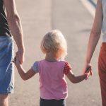 Lascia la moglie e crea una nuova famiglia: i figli adottivi devono essere risarciti?